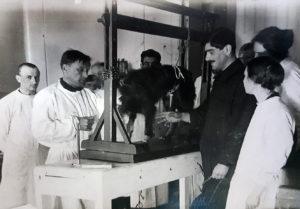 Физиологическая лаборатория Института. Работа под руководством профессора И.П. Разенкова