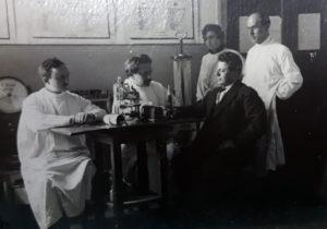 Кардиологический кабинет Института, приём ведёт профессор И.Г.Гельман